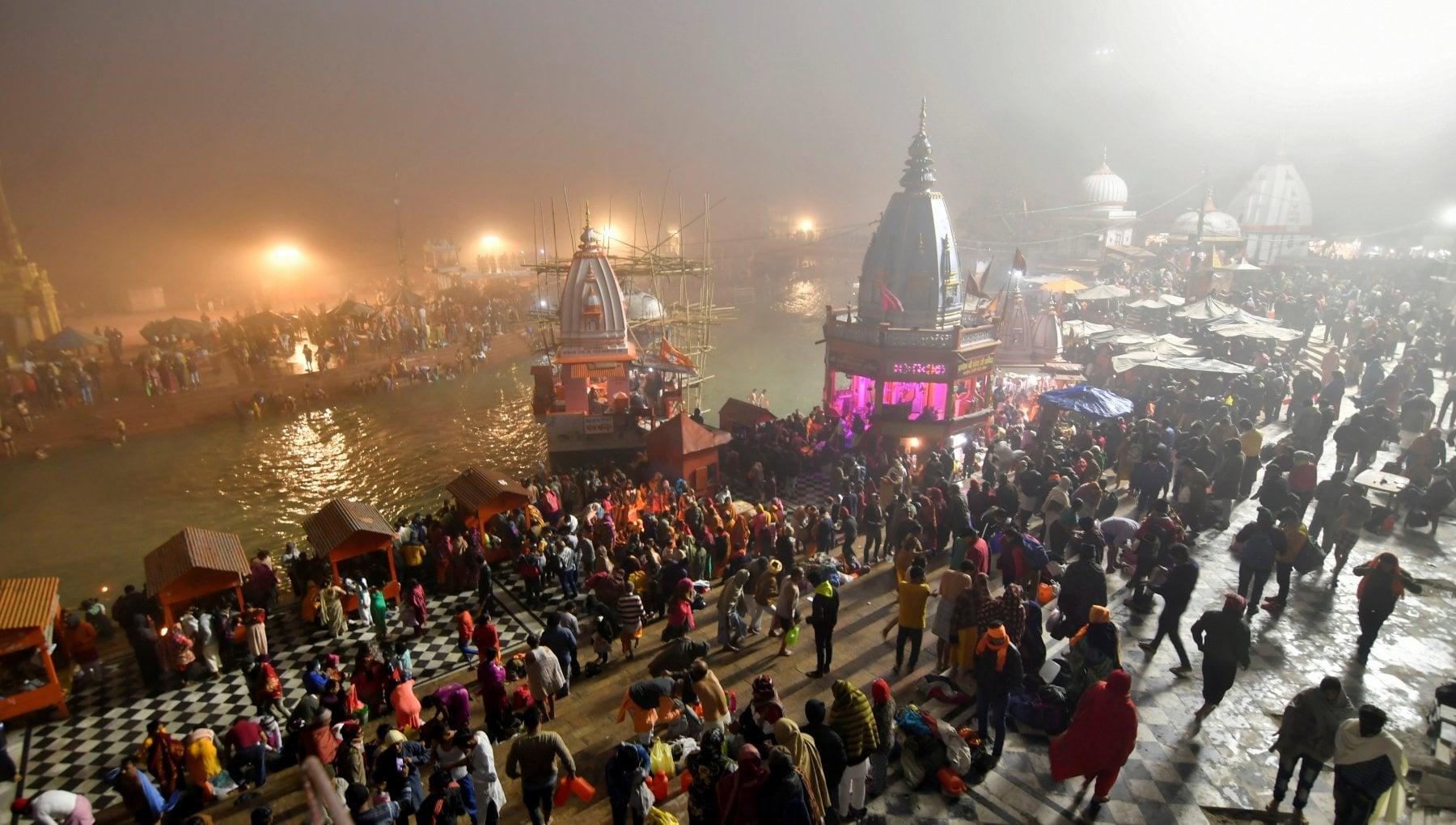 111029383 e673cf39 7117 41b7 a684 126110a41483 - India, al via il festival del Kumbh Mela: milioni ammassati nonostante il Covid