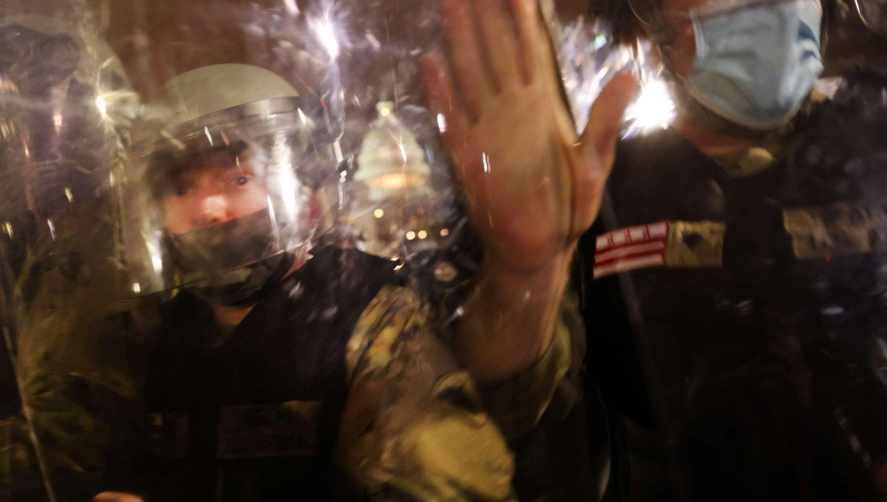 111813735 1997ef9c b625 4eb5 ae98 eb0e82368ffb - Usa, la polizia è tre volte più violenta con i manifestanti di sinistra che con i pro-Trump
