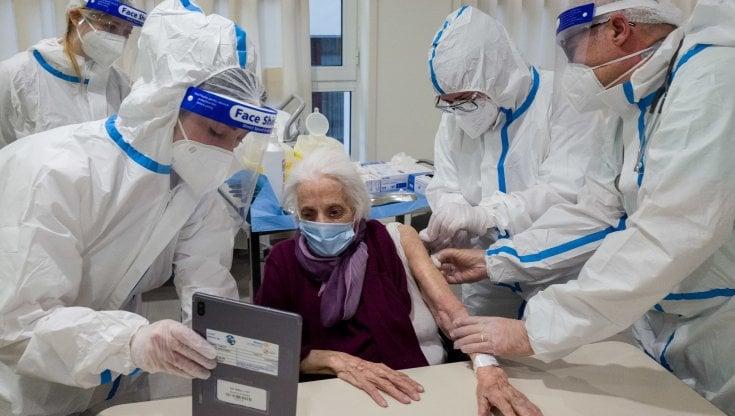 """Corsa per vaccinare gli anziani. """"La mortalità calerà del 70 %"""""""