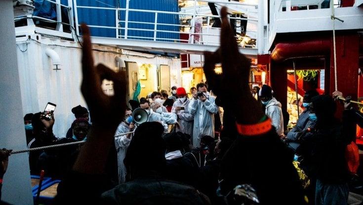 """I migranti sbarcati dalla Ocean Viking: """"In Libia mi hanno sparato e lasciato a terra, credevo di morire ma ce l"""