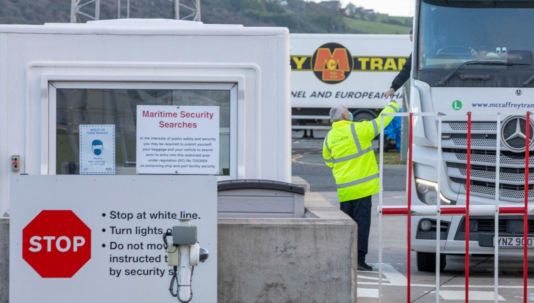 153542099 83a2d10e 44b1 4afe a7bf 065d1c36abd3 - Brexit, l'Irlanda del Nord sospende controlli ai porti: minacce al personale