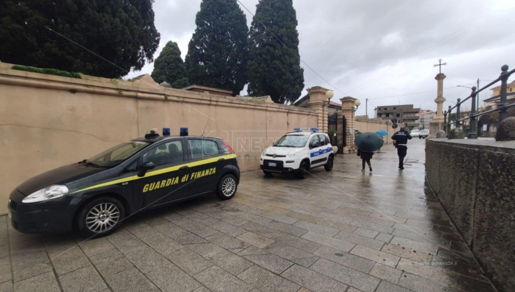 140837608 0141730e e918 4539 ab8f 63a56f401d6b - Tropea, svuotavano tombe e distruggevano i cadaveri per avere posti liberi al cimitero: tre arresti