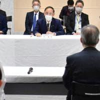 Giappone, scandalo per le cene di lusso pagate dal figlio del premier. Stipendio tagliato...