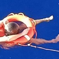 Sopravvive 14 ore nelle acque del Pacifico grazie ai rifiuti dell'oceano