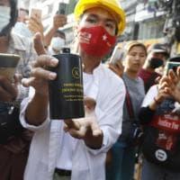 Birmania, annullato il voto di novembre. Spari in aria per disperdere i manifestanti