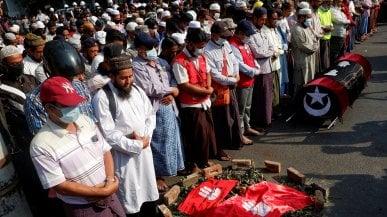 Myanmar, quella suora in ginocchio davanti alla violenza della polizia