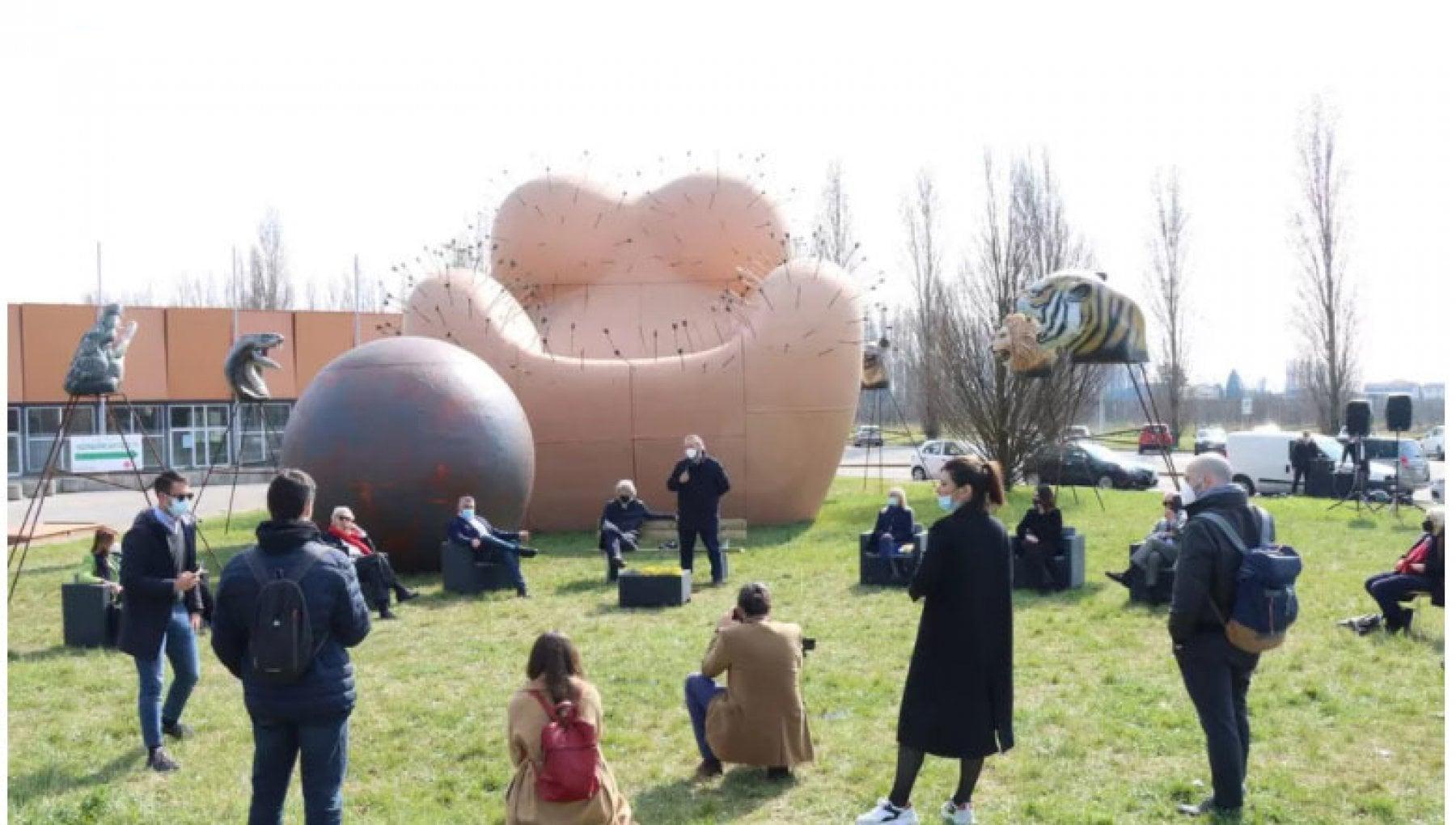 "225451535 0dd1da6a b3da 4e19 928d 42371f681681 - ""La donna non è un mobile"": la scultura che divide Ferrara"