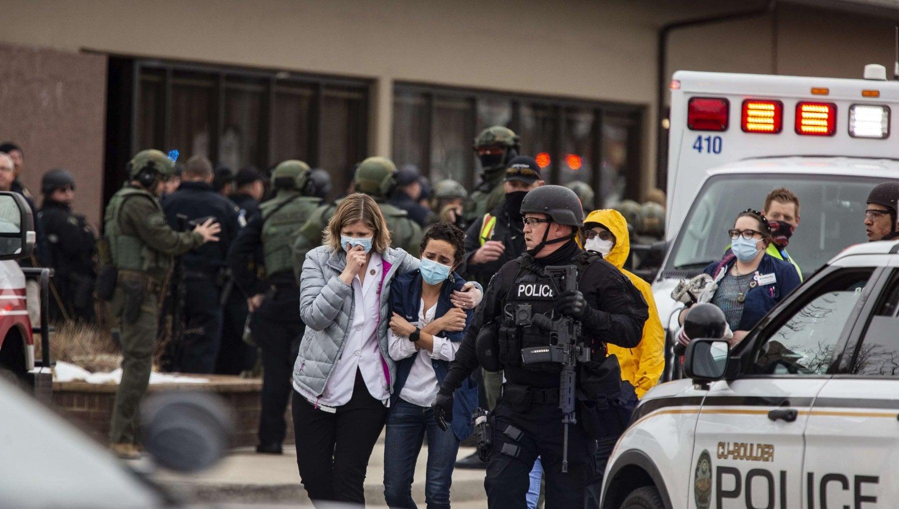 005901107 5a4ba2c0 a90b 461a 8cd5 dfd8a98a2afe - Usa, strage in un supermercato del Colorado: uomo armato uccide dieci persone e viene fermato