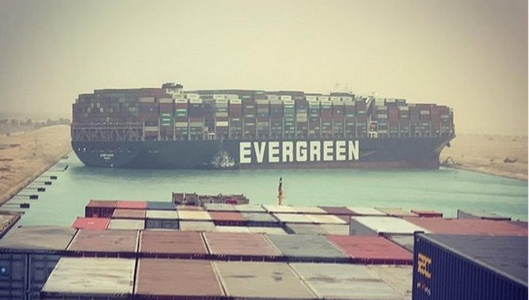 071200522 1152d240 858f 4f43 bb54 7c93f5070b8c - Canale di Suez bloccato da una gigantesca nave portacontainer finita di traverso