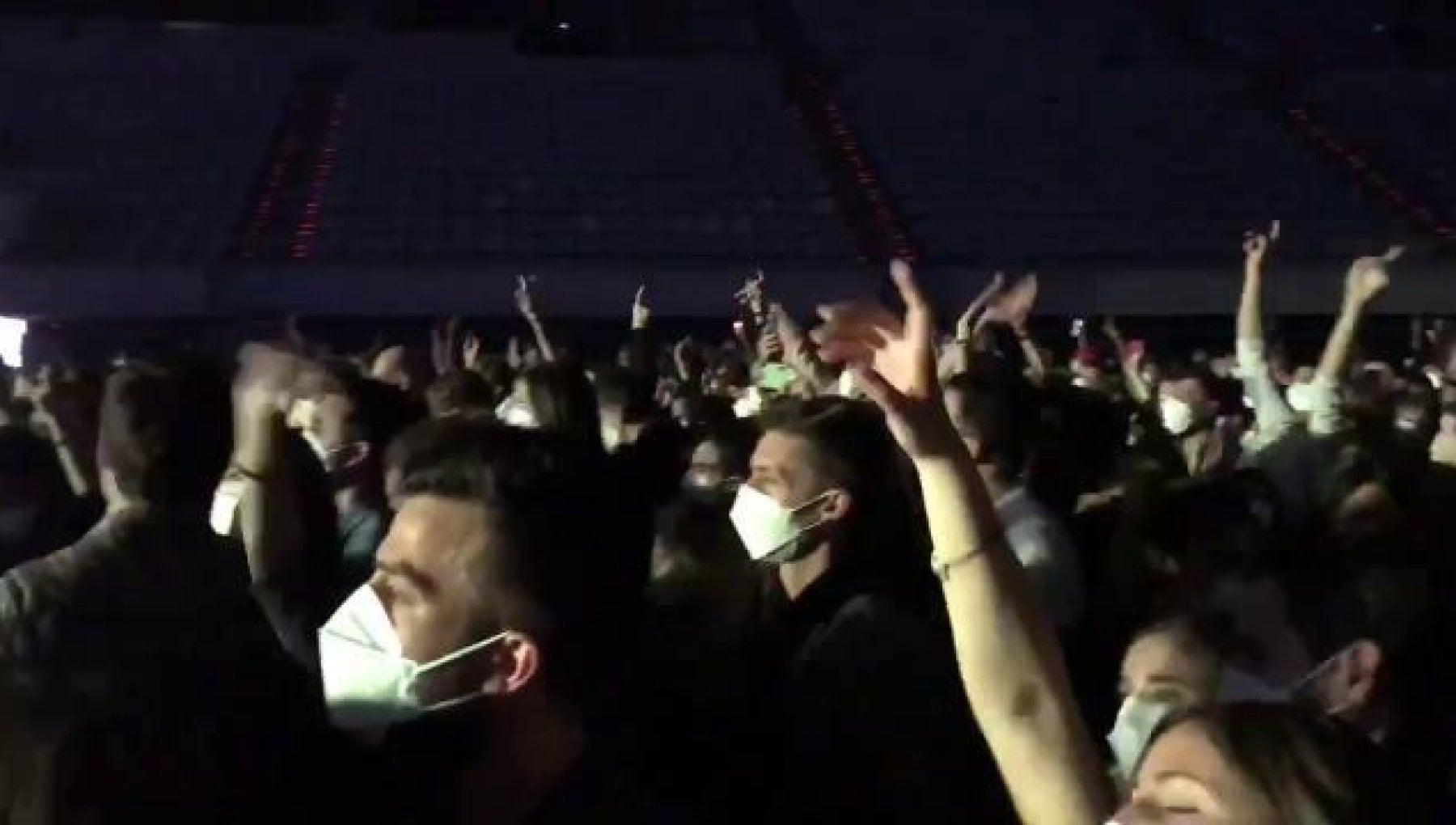 """062220903 f57118df 5201 4911 b540 64959d973262 - Barcellona torna a ballare: in 5mila al primo concerto dell'era Covid.. """"Per tutti tamponi rapidi e mascherine: tra 14 giorni capiremo"""""""