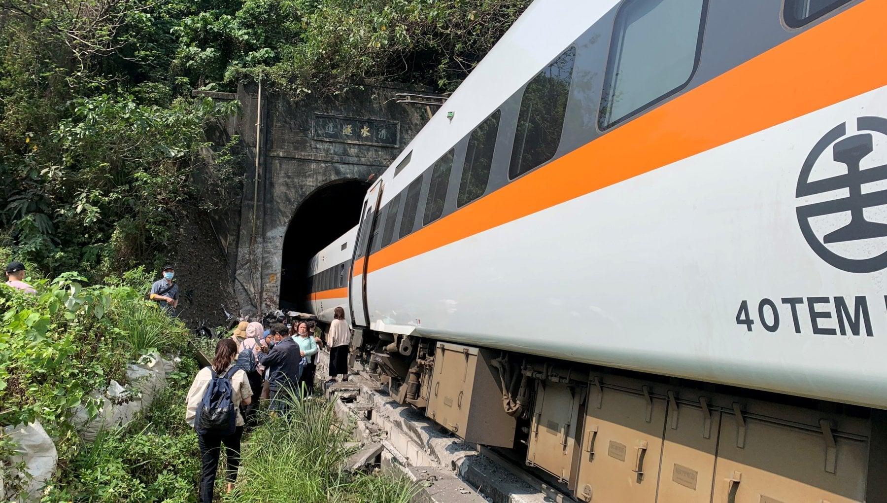 070223760 b855443a 8d63 446e b236 a8d2268f0135 - Taiwan: almeno 36 morti in deragliamento, si teme una strage