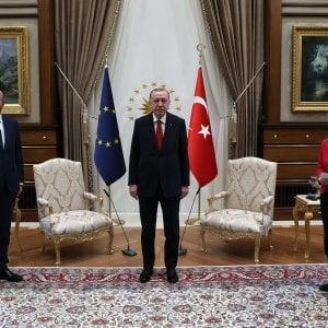 "204556178 370925dd 6460 46ae b338 cf153c03e4fc - Il video del sofa-gate di Ankara: niente sedia d'onore per Von der Leyen, machismo protocollare. Il Ppe: ""Vergogna"""