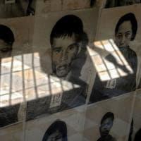 Un sorriso sui volti delle vittime dei Khmer Rossi, la provocazione dell'artista fa...