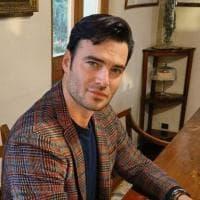 """Covid, la foto di Giulio Berruti sui social: """"Io, vaccinato con AstraZeneca"""". Polemica..."""
