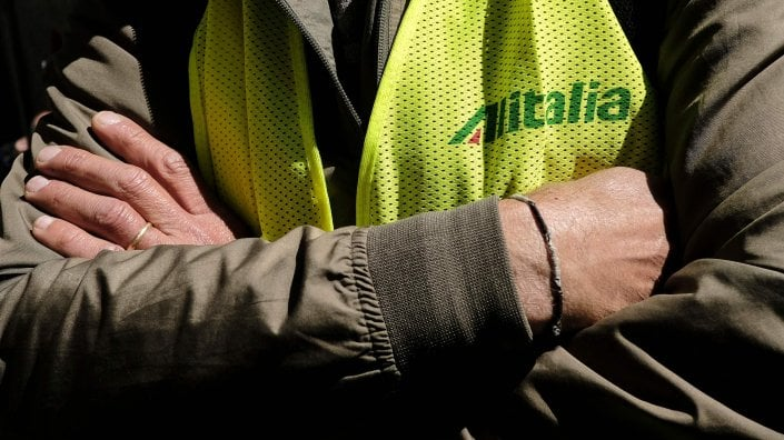Alitalia, la beffa delle buste paga: stipendi da pochi euro, ci sono anche retribuzioni in negativo