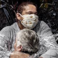 World press photo, la foto dell'anno è l'abbraccio tra una donna anziana e un'infermiera