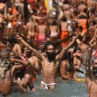 L'India sospende le celebrazioni dal vivo del Kumbh Mela a causa del Covid.