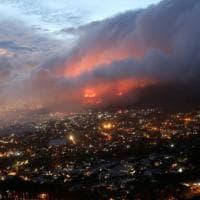 Sudafrica, a fuoco la Table Mountain: Città del Capo assediata dalle fiamme