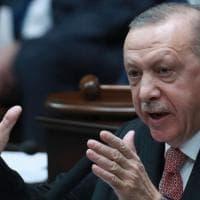 Turchia, la mossa di Erdogan: sostituisce la ministra velata con un'altra donna, ma senza...