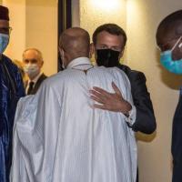 """Ciad, Macron ai funerali di Déby: """"Non consentiremo minacce alla stabilità"""". I ribelli:..."""