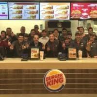 """La campagna di Burger King: """"Vacciniamo i nostri dipendenti e regaliamo 4mila dosi ai..."""