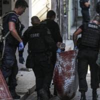 Rio, strage nella favela: 25 morti in un'operazione anti-droga