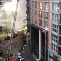 Londra, palazzo in fiamme: 125 pompieri al lavoro