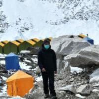 Everest, il timore di una pandemia: troppi alpinisti al campo base, evacuati già trenta...