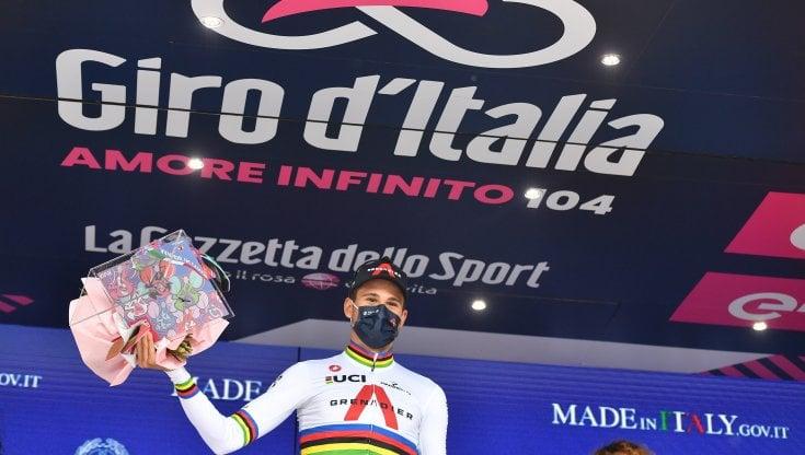 Ciclismo, Giro dItalia: Ganna è una locomotiva, domina la crono e prende la prima rosa
