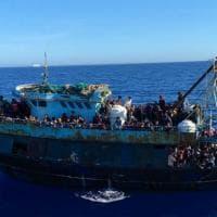 """Migranti, oltre mille arrivi a Lampedusa. E Salvini va all'attacco: """"Subito un incontro..."""