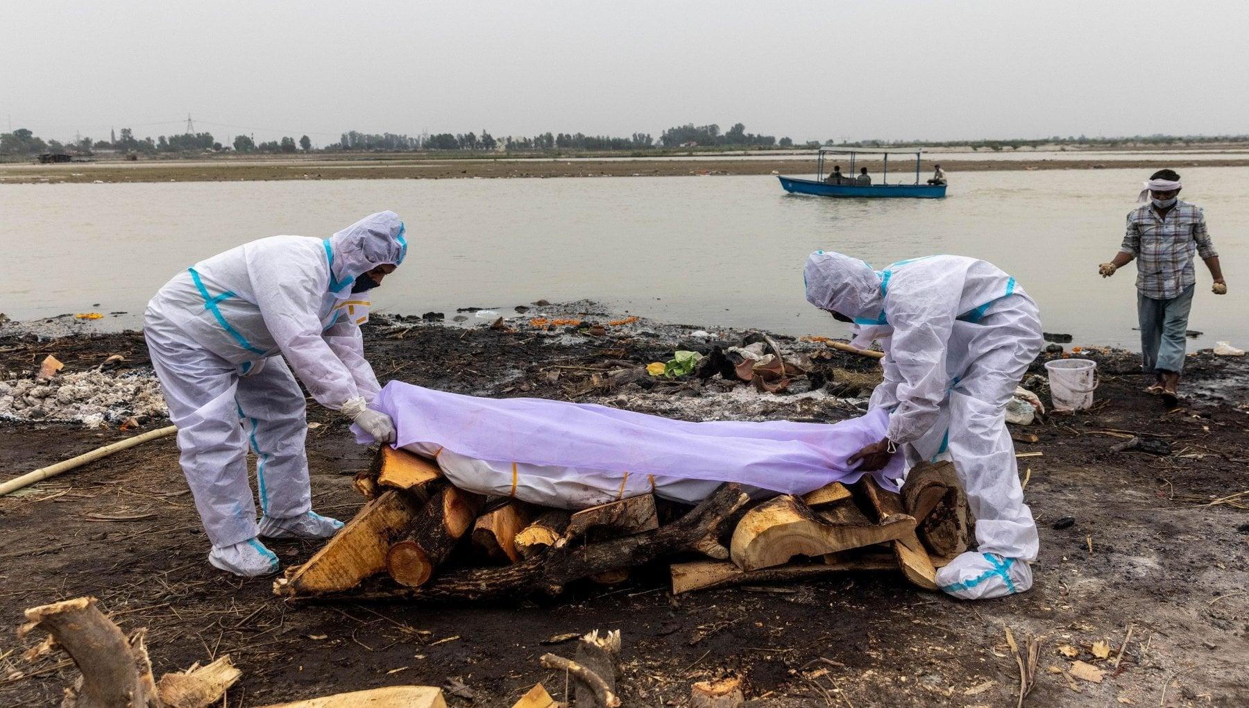 Orrore in India, il Gange restituisce decine di cadaveri.
