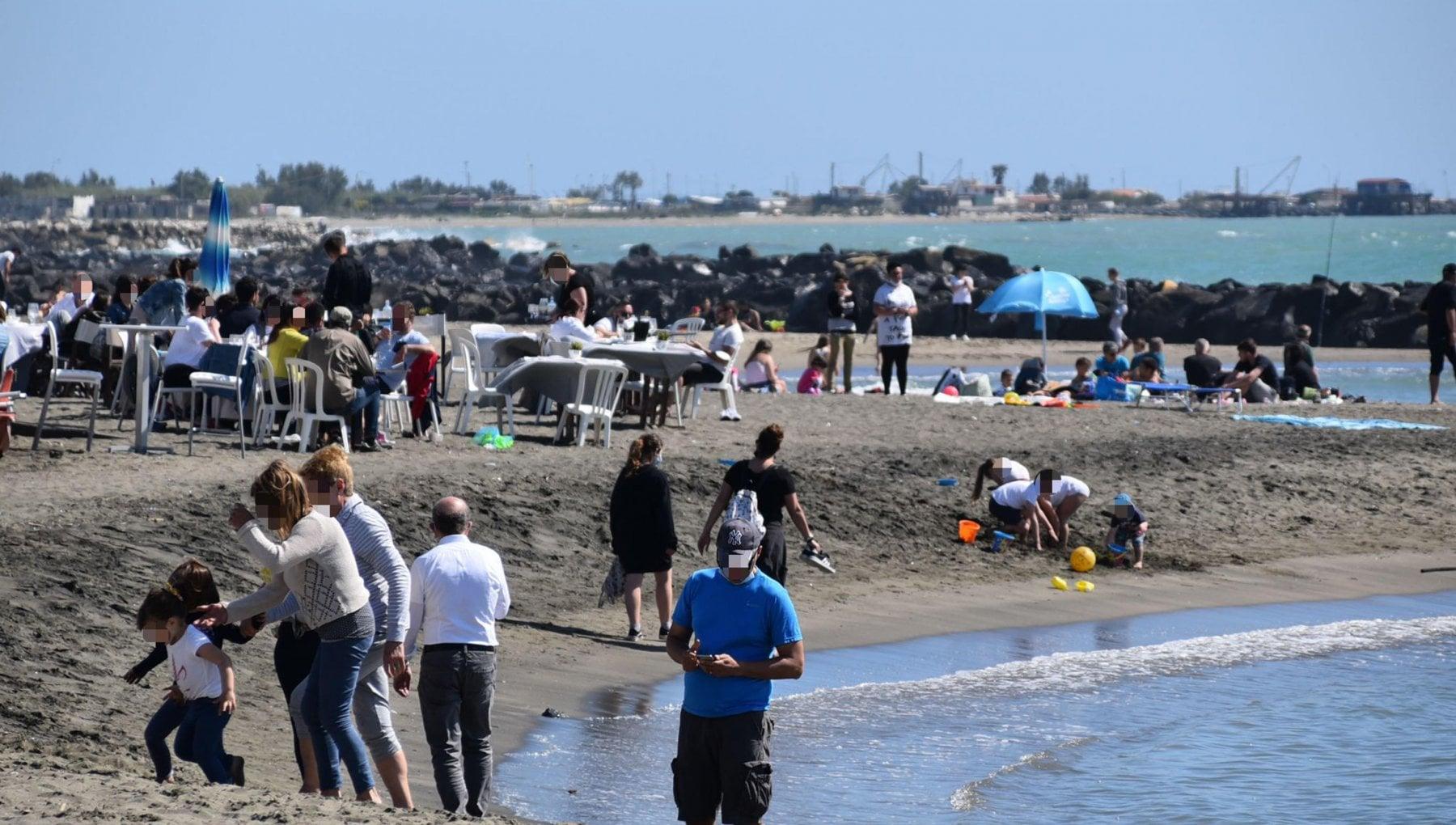 """103835067 1aaca2b7 bab9 4606 b7e2 7ac9f8192f3d - L'indagine di Legambiente: """"Sulle nostre spiagge 783 rifiuti ogni 100 metri, l'84% sono di plastica"""""""
