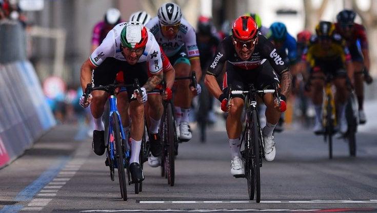 Ciclismo, Giro dItalia: Ewan piazza lo sprint. Ma già troppe cadute: Landa costretto al ritiro