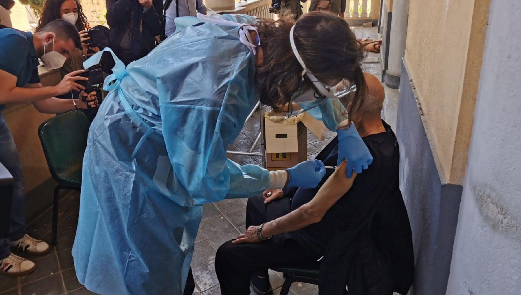 152645339 6eee4327 ee8c 49c9 9679 bfe9b2fe0ff7 - Primi dati sull'efficacia dei vaccini in Italia: contagi giù del 95%, casi gravi del 99%