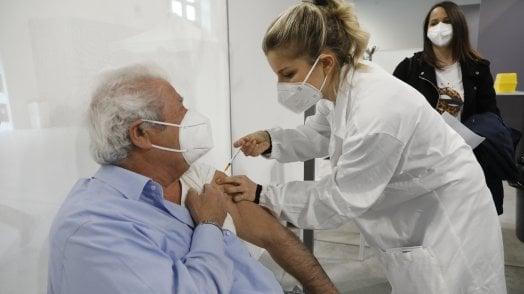 Vaccini, immunizzato quasi il 77 per cento degli over 80. Prima dose al 30% della popolazione