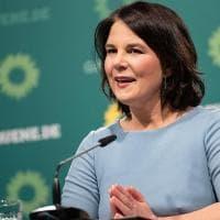 """Germania, la leader verde Annalena Baerbock: """"In campagna elettorale sarà mio marito a..."""