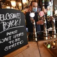 Nove milioni di pinte in un giorno: così il Regno Unito festeggia la riapertura totale dei...