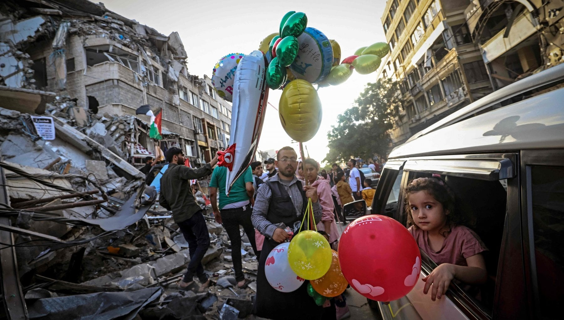 222721035 b40f524d d7cf 448b 93b0 77627e53dd39 - Nelle vie di Gaza il popolo di Hamas festeggia tra le rovine
