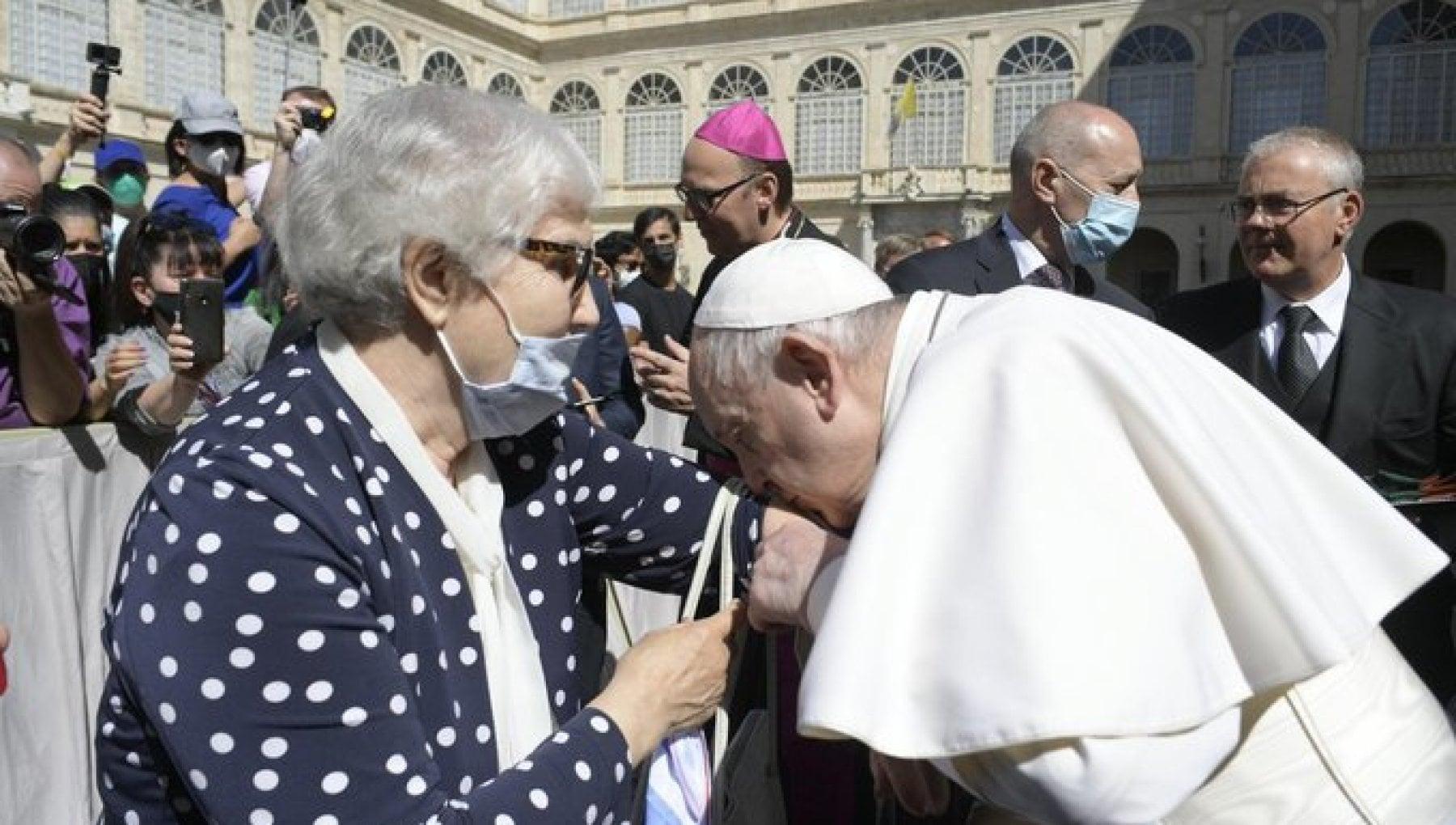 130200441 dc633d98 7acf 4377 9e93 ba2760351ae6 - Il Papa bacia il tatuaggio di una sopravvissuta ai lager nazisti che subì gli esperimenti medici del dottor Mengele