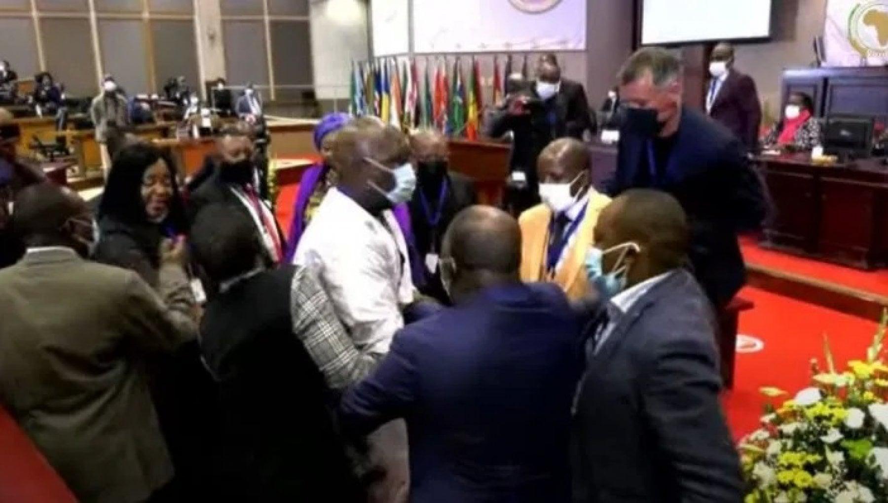 132708929 a21e073e c3c9 4ed3 8752 59aab83538b7 - Sudafrica, pugni, calci e schiaffi: è caos all'assemblea dell'Unione africana