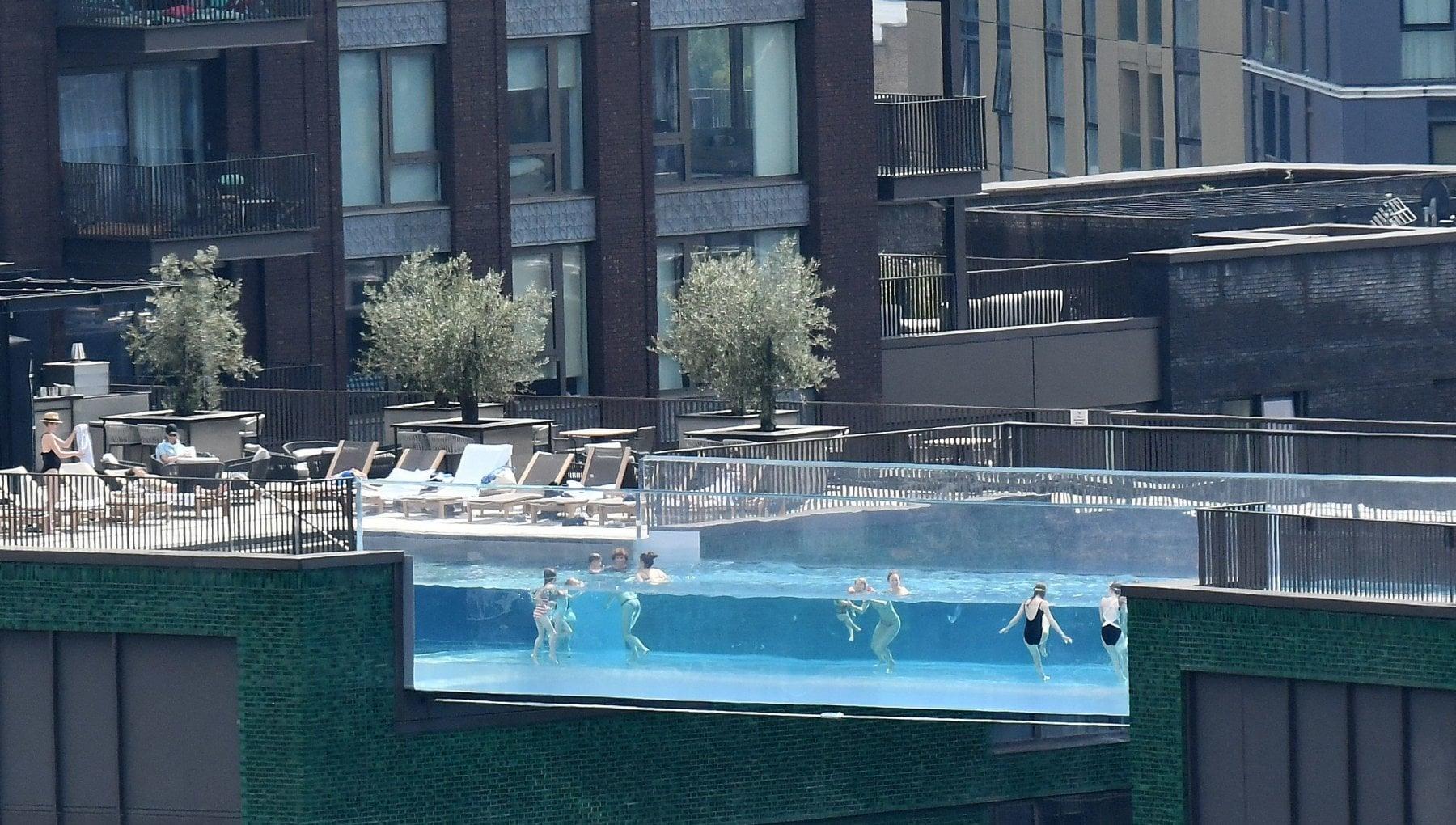 194230258 a3dc5790 7e4f 456c b2b8 6bf853f26e53 - Londra, la spettacolare piscina sospesa tra due palazzi diventa il simbolo delle disuguaglianze
