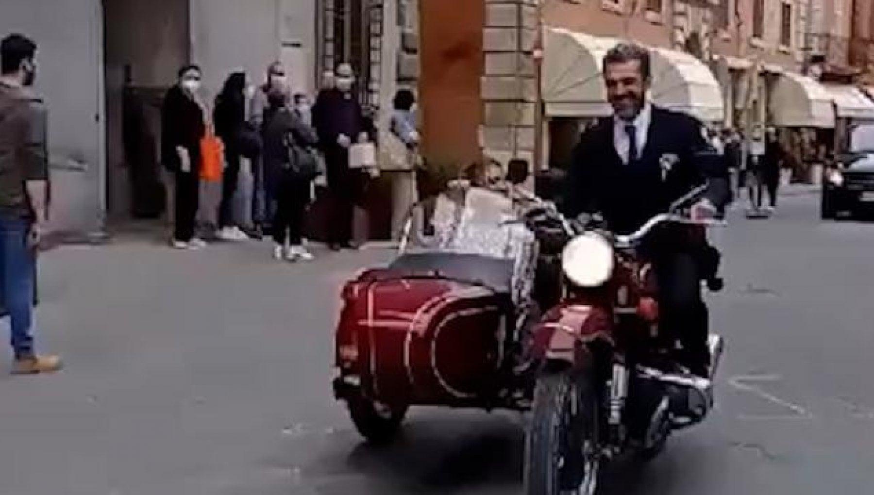 183835622 07e04bde 25a9 4e09 a634 017d2110b511 - Luca Argentero e Cristina Marino sposi in sidecar a Città della Pieve