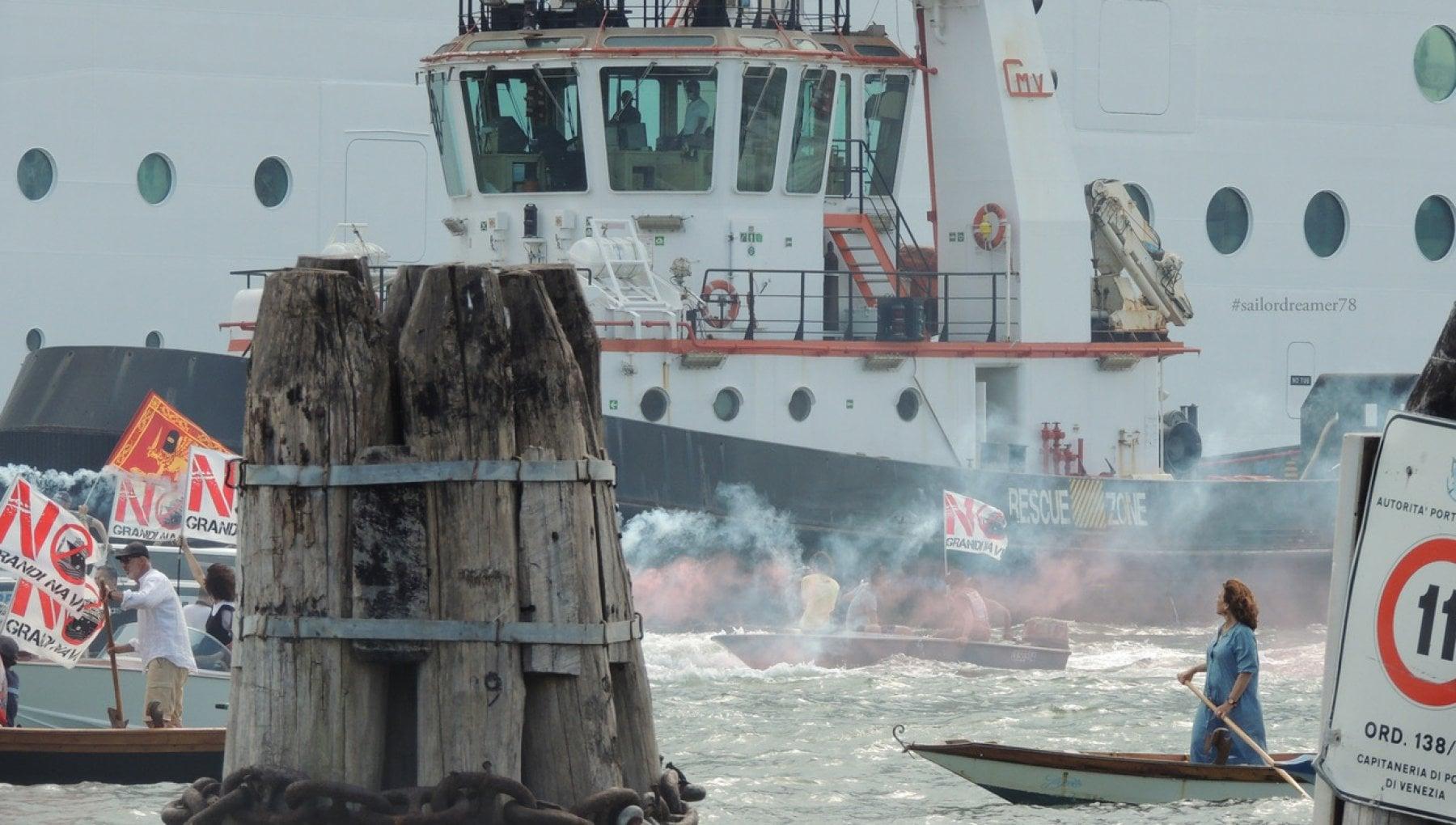 """153540305 af39c846 97ab 46c9 b7fb 5a86cf1b62a2 - La biologa che con la barchetta a remi tenta di fermare le navi da crociera: """"Venezia è troppo bella per lasciarla distruggere da questi giganti"""""""