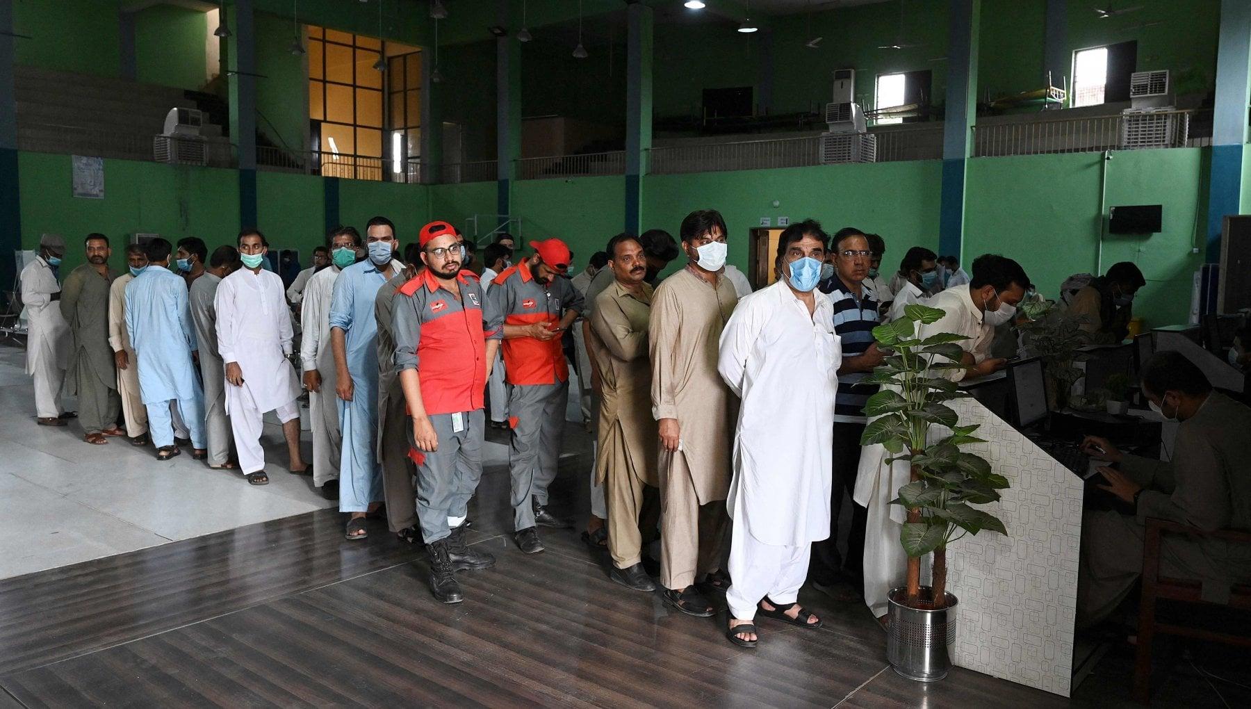 175633578 98bab476 9b49 4df3 a8a2 df67367612f8 - Pakistan, nel Punjab tagliano il telefono a chi rifiuta di vaccinarsi