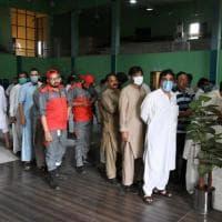 Pakistan, nel Punjab tagliano il telefono a chi rifiuta di vaccinarsi