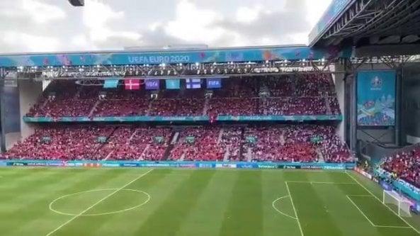 I tifosi finlandesi cantano Christian, i danesi rispondono Eriksen