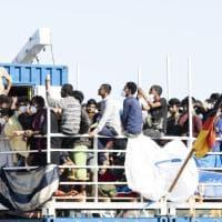 """Lampedusa, 16 sbarchi in 24 ore: hotspot in tilt. L'Unhcr: """"In mille riportati nei centri..."""
