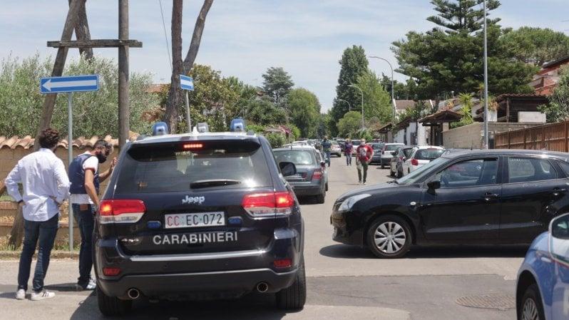 Sparatoria ad Ardea, morti due bambini di 3 e 8 anni e un anziano: laggressore barricato in casa, irruzione dei carabinieri