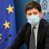 Vaccini, la destra attacca Speranza, Palazzo Chigi lo difende ma gli uffici