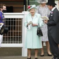 La regina Elisabetta ad Ascot tifa sorridente per i suoi cavalli